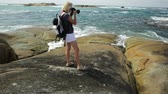 danimarka : Woman photographer pointing her camera at the sea skyline of Waterfall Beach in Denmark, Western Australia. William Bay national park.