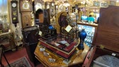 антиквариат : Solvang, California, United States - August 10, 2018: Renaissance Antiques in Danish Village, one of countrys finest antique galleries: vintage jewelry, restored clocks, music boxes, antique lighting