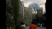 archief : LONDON, UNITED KINGDOM - CIRCA 1977: tourists in Tower of London courtyard, historic fortress. Archival of London city of England in the 1970s. Stockvideo