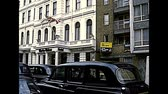 archief : LONDON, UNITED KINGDOM - CIRCA 1977: luxury hotel Charles Dickens with taxicabs and the flag of the United Kingdom. Archival of London city of England in the 1970s.