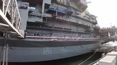 rottami : San Diego, Navy Pier, California, USA - August 1, 2018: side of USS Midway Battleship in San Diego California. Navy Pier of United States. National historic patriotic monument. Filmati Stock