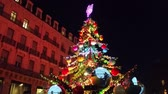 túmulo : Toulouse, France - December 14, 2016: Beautiful Christmas Tree on Carousel Christmas Market in the City Center of Toulouse (Capitol Place), Midi Pyrenees, France