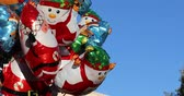 sněhulák : Menton, France - December 10, 2018: Helium Christmas Balloons Of Different Shapes And Characters (Santa Claus, Snowman?) Floating In Blue Sky - DCi 4K Resolution Dostupné videozáznamy