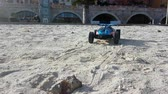 speelgoedauto : Menton, Frankrijk - 13 januari 2019: Radiogestuurde Hot Wheels RC Gator Buggy. Off Road Buggy On The Beach Zand In Menton Frankrijk Aan De Franse Riviera, Europa - 4K Resolutie