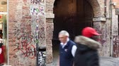 VERONA, ITALY - APRIL, 07: Entrance of the famous Juliet house in Verona on April 07, 2017 Vídeos