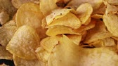 schotel : Chips chips snack bijgerecht of voorgerecht. Stockvideo