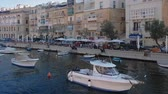 maltês : Three Cities, Malta Grand Harbour view from ship. Sea view of Senglea, Citta Invicta waterfront with traditional Maltese buildings and moored boats, seen from cruising ship.