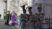 disfarçar : Venice, Italy Carnival mask and costume poses in Campo San Zaccaria. Masked persons in traditional costume pose at a Venetian square during the Venice 2019 Carnival.