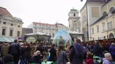 vídeň : Vienna, Austria Easter Market Altwiener Freyung Ostermarkt. Crowd at Wien, Osterreich 2019 street market, where local vendors from Austrian regions sell decorative Easter eggs, food & drinks. Dostupné videozáznamy