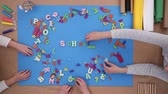 plástico : Children building words