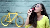 amarelo : Beauty woman with soap bubbles
