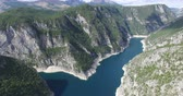 helicóptero : Aerial view of famous Piva Canyon with its fantastic reservoir. National park Montenegro and Bosnia and Herzegovina, Balkans, Europe.