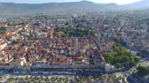 kamie�� : Aerial view of old town Split city center with Diocletian palace
