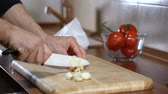 comestível : man chopped garlic to prepare bruschetta