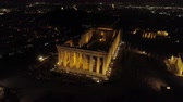 colunas : Aerial night video of iconic ancient Acropolis hill and the Parthenon at night, Athens historic center