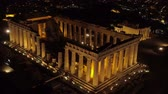 athény : Aerial night video of iconic ancient Acropolis hill and the Parthenon at night, Athens historic center