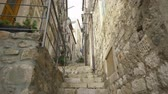 ドゥブロブニク : Handheld tracking shot a rustic narrow alleyway in Dubrovnik