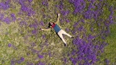 broda : bearded man lies on the field in violets top-down view Wideo