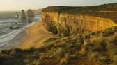 dvanáct : Dolly move of Twelve apostles at sunset on a very windy day in Australia