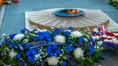exército : Unknown soldier flame and flowers in Paris under the Arc de Triumph, zoom in Vídeos