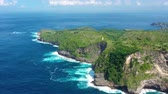 karib szigetek : Aerial view at sea and rocks. Turquoise water background from top view. Summer seascape from air. Kelingking beach, Nusa Penida, Bali, Indonesia. Travel - video