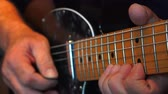 guitarrista : Guitarist playing lead electric guitar - Close Up Vídeos