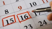 calendário : Signing a day on a calendar fifteenth and sixteenth date