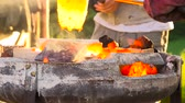 erimiş : Pouring of liquefied bronze in a gypsum cast
