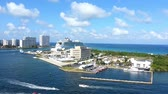 cruzeiro : A cruise ship departing Port Everglades and several pleasure boats.