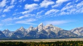 outono : Timelapse of high stratus clouds over Grand Tetons National Park, Wyoming. Camera stationary.