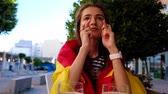 sem esperança : Female football fan cheering for Spain