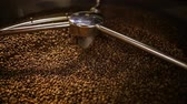 Mixing roasted coffee Vídeos