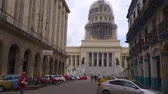 komunizm : HAVANA, CUBA - MAY 13, 2018 - Street view of the dome of El Capitolio in Old city with people and cars in 4k Wideo