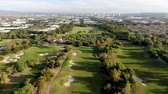 hráč golfu : Aerial view over golf field. Large and green turf golf course in South California. USA