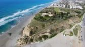 tichý oceán : Aerial view of Del Mar North Beach, California coastal cliffs with houses and condo and blue Pacific ocean, San Diego County, California, USA