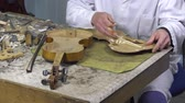 Luthier forms the harmony bar of a violin Vídeos