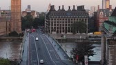 big ben sunrise over westminster bridge inclinación hacia la izquierda timelapse Archivo de Video