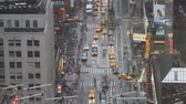 cottura a vapore : Intersezione di New York city in timelapse di pioggia Filmati Stock