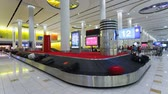 путешествие : the arrival of luggage on the carousel at dubai international airport dubai