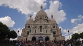 paryż : Tourists on the steps of Basilique Du Sacre Coeur in Paris France with blue Wideo