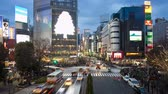 поднятый : Wide shot pedestrians and traffic across Shibuya crossing Hachiko