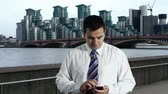 área de trabalho : Young Businessman Smartphone at Thames River London Stock Footage
