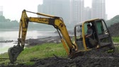 margem do rio : Riverbank construction work in Sichuan Chengdu Jintang in China - Excavators digger and shovel dirt and soil on a river shoreline