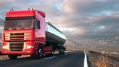 привод : A tank truck passes the camera driving on a highway into the sunset, low angle front-view camera. Realistic high quality 3d animation. Стоковые видеозаписи
