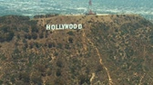 кинозвезды : Aerial view flying from West to East passing the Hollywood sign in Los Angeles. Стоковые видеозаписи