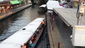 személyszállító hajó : Bangkok, Thailand - January 27, 2018 : Saen Saep Khlong canal boats in asia arrive passengers through waterways of Bangkok Stock mozgókép
