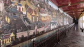 золотой : Bangkok, Thailand - March 6, 2018 : The painting on the wall ramayana story at the Emerald Buddha(Wat Phra Kaew or Wat Phra Si Rattana Satsadaram) in Bangkok
