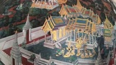 cultura thai : Bangkok, Thailand - March 6, 2018 : The painting on the wall ramayana story at the Emerald Buddha(Wat Phra Kaew or Wat Phra Si Rattana Satsadaram) in Bangkok, Thailand Vídeos