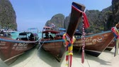 motorówka : Krabi, Thailand - March 28, 2018 : Thai traditional wooden boat with ribbon decoration at ocean shore under blue sky Wideo