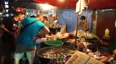 cultura thai : Bangkok, Thailand - May 3, 2018 : Street-side restaurant in Bangkok Chinatown